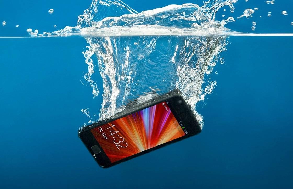 7 tips om een smartphone met waterschade te redden